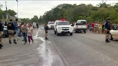 Polícia busca mais de 100 foragidos após massacre em prisão do AM - Depois do caos que veio à tona em presídios do Amazonas, as autoridades trabalham para identificar os 60 mortos e recapturar os fugitivos. O IML precisa da ajuda dos familiares para que eles possam auxiliar na identificação dos corpos.