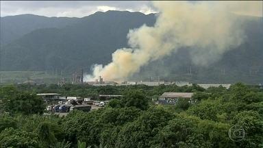 Explosão em fábrica de fertilizantes gera nuvem tóxica em Cubatão - Empresas do polo industrial foram esvaziadas. Fumaça alaranjada podia ser vista de vários pontos de Cubatão.