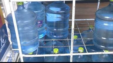 Água mineral vira item da cesta básica do paraibano - Galões de 10 e 20 litros devem ficar mais barato por causa da nova lei.