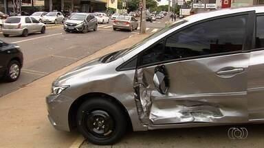 Apreendidos suspeitos de causar acidente com carro roubado, em Goiânia - Três foram detidos pela Rotam enquanto tentavam fugir, após roubar veículo.