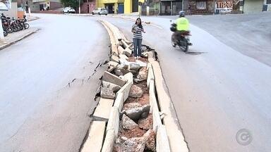 Chuva deixa ruas alagadas e destrói asfalto em bairros de Tatuí - Uma forte chuva atingiu Tatuí (SP) na madrugada desta terça-feira (10) e deixou ruas alagadas na área central, próximo ao Terminal Rodoviário. Na rua Coronel Lúcio Seabra, por exemplo a água escorreu até a rua Humaitá causando alagamento.