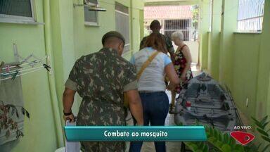Exército faz ação de combate à dengue em bairro de Vitória - Trinta soldados começaram ação no Bairro República, nesta terça-feira (10).Até sexta-feira (13), a previsão é que 1,5 mil casas sejam visitadas.