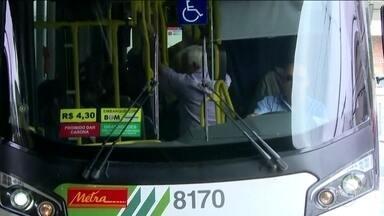 Passageiros dizem que continuam pagando mais caro pelas tarifas da EMTU - A justiça suspendeu o aumento de passagens de ônibus intermunicipais da EMTU em São Paulo. A juíza diz que motivo para o aumento 'não está detalhado tecnicamente, o que impede a análise de sua pertinência'. Mas os passageiros disseram que continuam pagando o valor mais caro da tarifa.