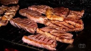 Ex-garçom abre o próprio restaurante e faz sucesso com picanha, em Aparecida de Goiânia - Ele ensina a preparar carne e revela que usa apenas sal para temperá-la.