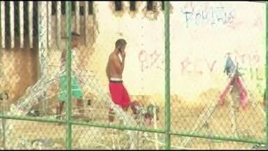 Logo após revista, presos são flagrados ao celular e armados - Secretaria afirma que revistas não retiram 100% das armas.