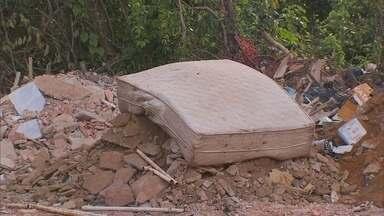 Redação Móvel flagra despejo de lixo em área verde - O flagrante foi feito em uma região entre São Sebastião e o Jardim Botânico. A denúncia chegou através do WhatsApp.