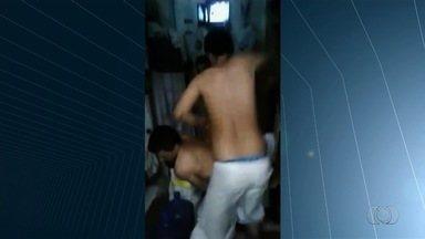 Vídeo mostra preso ser espancado em cela do presídio de Formosa - Colegas dão socos e chutes na vítima por cerca de um minuto.