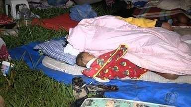 Famílias que foram retiradas de área invadida passam a noite na grama de um parque, em GO - Elas aguardam um abrigo para serem encaminhadas. Grupo é composto por ex-moradores de área pública do Parque Ateneu em Goiânia.