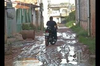 Moradores de Ananindeua reclamam da falta de pavimentação da passagem Miranda - A rua alaga toda vez que chove, além da lama que eles precisam conviver todos os dias