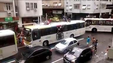 Vândalos promovem quebra-quebra e roubam ônibus no RJ - Ônibus ia de Copacabana para o subúrbio. Os jovens saíram pelas janelas e pela saída de emergência no teto. Eles chegaram a quebrar uma das janelas. Foram dois ônibus depredados e o grupo ainda assaltou os passageiros.