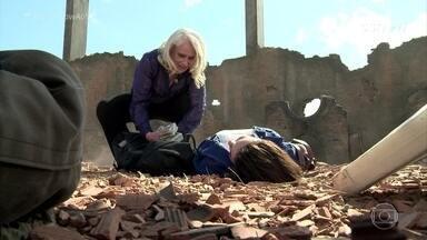 Confira os bastidores da cena em que Beth foi assassinada - Elenco enfrentou sol e poeira para gravar a cena da morte da personagem de Regiane Alves na novela 'A Lei do Amor'