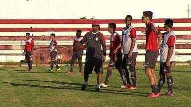 Betinho testa diversas opções de sistemas de jogo antes da estreia contra o Dorense - Betinho testa diversas opções de sistemas de jogo antes da estreia contra o Dorense