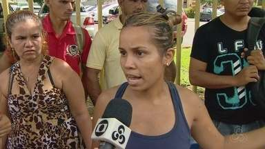 Famílias vítimas de chuvas pedem moradia, em Manaus - Dezenas se reuniram em frente a Prefeitura para cobrar medidas.