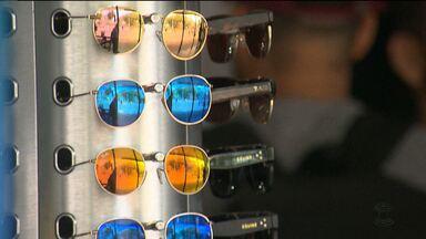 Saiba quais são os cuidados necessários na hora de comprar óculos escuros - Os óculos escuros podem se tornar uma ameaça e um risco à visão se determinados cuidados não forem tomados na hora da escolha e compra.