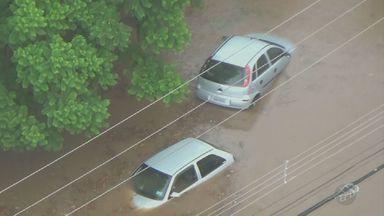 Chuva forte deixa pontos alagados em Piracicaba (SP) - O córrego da Avenida 31 de Março transbordou e água invadiu a passarela de pedestres.