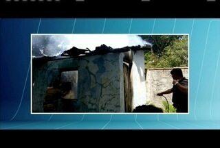 Polícia Militar ajuda a conter incêndio em residência em Galiléia - Vizinhos acionaram a PM; morador teria provocado o incêndio.