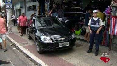 Carro sobe calçada e bate em loja no Centro de Vitória - Ninguém ficou ferido.