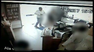 JPB2JP: Ladrão assalta funcionários e clientes de farmácia de manipulação - Circuito de segurança gravou o crime.