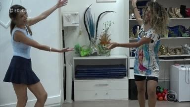 Globeleza Érika Moura se disfarça para fazer aula de samba com Patrícia Poeta - Para a vinheta do Carnaval, Érika vestiu fantasias que valorizavam tradições do Carnaval