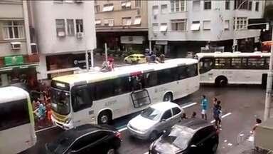 Fantástico vai mostrar imagens inéditas de arrastão em ônibus no Rio de Janeiro - Em apenas um ano, 339 veículos da mesma linha foram destruídos por vândalos. Conheça os carros que circulam sem motoristas. Para fugir da guerra do Iraque, refugiados passam por ponte com terroristas do Estado Islâmico.