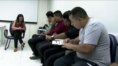 Trabalhadores em SP buscam recolocação no mercado de trabalho - Na última pesquisa divulgada pelo Dieese, quase 17% da população da Grande São Paulo estavam sem trabalho. Isso dá quase dois milhões de pessoas, cerca de 10% do número total de desempregados no país.