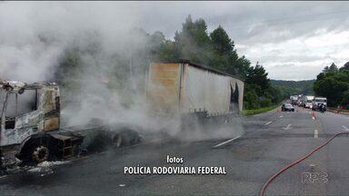Caminhão pega fogo na BR-376, em Tijucas do Sul - A pista sentido Curitiba ficou totalmente interditada e o congestionamento chegou a 10 km.
