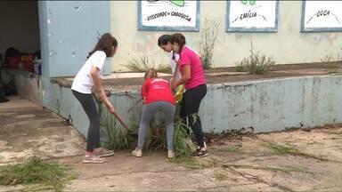 Estudantes deixam as férias de lado para trabalhar em escola pública - São estudantes da rede particular que estão arrumando e limpando uma escola de Almirante Tamandaré