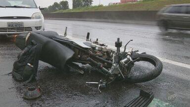 Motociclista morre em acidente envolvendo sete veículos na Anhanguera, em Campinas - Dois acidentes foram registrados no mesmo trecho da via nesta quarta-feira (18). No primeiro, o motociclista perdeu o controle e bateu em uma carreta e, em seguida, foi atingido por outro veículo, que não conseguiu frear.