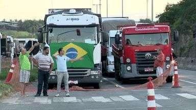 Caminhoneiros seguem em protesto na BR-262, em Viana, ES - Caminhões e carretas estão sendo impedidos de passar.Manifestação começou na noite desta terça (17) e não há previsão para fim.