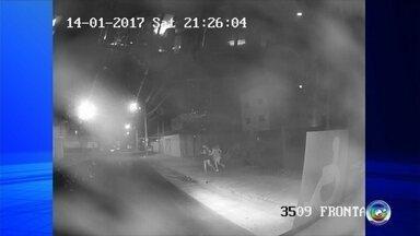 'Estava atacando as meninas', diz motorista que matou passageiro em Jundiaí - A gente fala agora do caso do motorista de ônibus de Jundiaí que matou um passageiro que teria assediado duas irmãs. O caso aconteceu no fim de semana e o Tem Notícias teve acesso, com exclusividade, as imagens da Câmera de Segurança do ônibus que mostra o momento do crime.