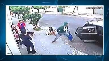 Ladrões usam carros para assaltar pedestres em Belo Horizonte - Essa modalidade de crime assusta quem está nas ruas e pode ser surpreendido por bandidos.