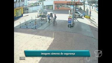 Câmera de segurança registra assalto a postos de combustíveis em Santarém - Imagens mostram frentistas de posto na Av. Moaçara sendo rendidos por dupla. Suspeita é de que a dupla tenha assaltado outro posto no bairro Interventoria.