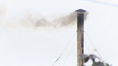 Fumaça da caldeira de um hospital incomoda moradores em Macapá - De acordo com moradores, já fazem 10 anos que eles estão convivendo com essa situação.