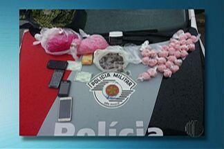 Homens são presospor tráfico na Vila Estação - Polícia flagrou trio com 500g de cocaína, maconha, dinheiro e celulares.