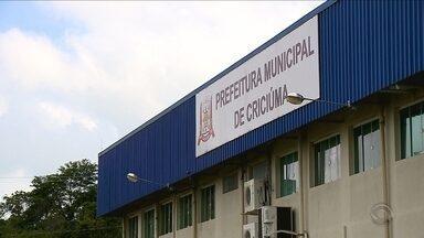 Prefeituras de Criciúma e Florianópolis têm servidores com salários em atraso - Prefeituras de Criciúma e Florianópolis têm servidores com salários em atraso