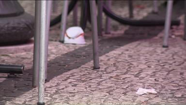 Vereador de Curitiba propõe multa para quem joga lixo no chão - A multa pode chegar a R$ 980,00.