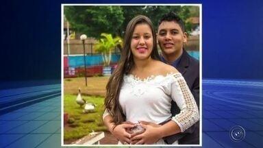 Casal morre após acidente entre caminhão e carro em rodovia de Jaú - Um casal morreu depois de se envolver em um acidente no quilômetro 159 da Rodovia Otávio Pacheco de Almeida Prado (SP-255), que liga Jaú a Barra Bonita (SP), no início da tarde desta quarta-feira (18). Segundo o Corpo de Bombeiros, o carro das vítimas Caio Juvêncio, de 18 anos, e Natália Morais, de 20, foi atingido por um caminhão.