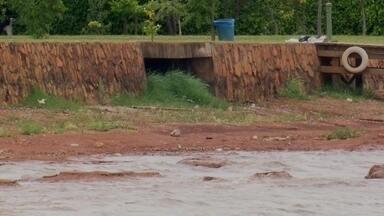 Lago Paranoá sofre com a sujeira - A Caesb disse que técnicos foram ao local onde há uma água suja e constataram que não há vazamento de esgoto.