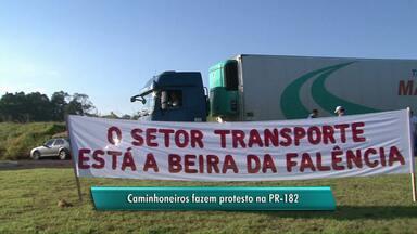 Caminhoneiros protestam por causa do preço baixo do frete - Protesto foi em PR-182, em Realeza.