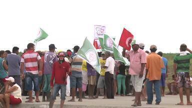 Movimentos sociais bloqueiam trecho da rodovia BR-101 em Alagoas - Protesto aconteceu entre os municípios de São Sebastião e Junqueiro.