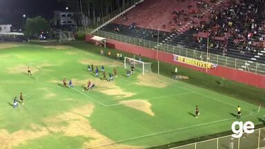 Defesa do Atlântico afasta cobrança de escanteio - Time joga contra o Vitória no Barradão.