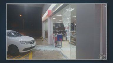 Carro perde o controle e invade loja de conveniência em posto de Nova Odessa - O acidente aconteceu durante a madrugada de sexta-feira (20). Ninguém ficou ferido.