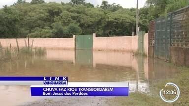 Dois bairros de Bom Jesus dos Perdões enfrentam problemas com a chuva - Rio transbordou com a chuva dos últimos dias.