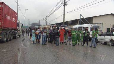 Trabalhadores protestam na marginal da Cônego Domênico Rangoni - Eles reclamam que empresa não está respeitando os direitos dos funcionários.
