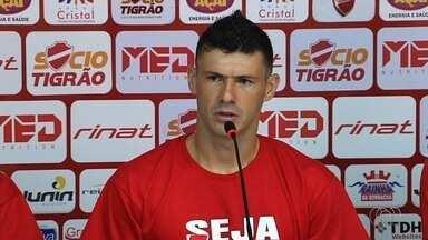 Wesley Matos é apresentado no Vila e tenta apagar má impressão deixada no Goiás - Zagueiro espera fazer uma temporada melhor do que a que teve em 2016