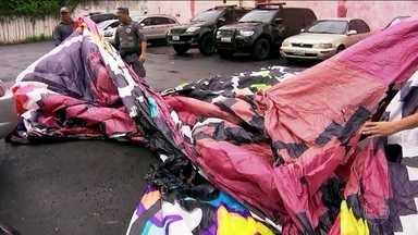 Polícia Ambiental descobre oito fábricas clandestinas de balões na capital e Grande SP - A Polícia Ambiental prendeu nove pessoas em flagrante por fabricar, transportar, vender ou soltar balões.