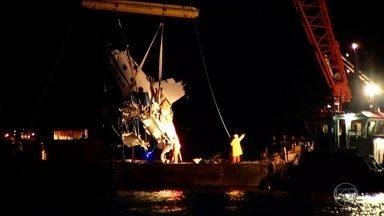 Avião que caiu com Teori Zavascki e mais quatro pessoas é retirado do mar - O avião ques estava Teori Zavaski foi retirado do mar em Paraty no domingo à noite (22). A balsa com os detroços ainda está no local do acidente. A expectativa é que a balsa comece a se movimentar na manhã desta segunda-feira (23).