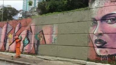 """Artistas protestam contra pintura de mural na avenida 23 de Maio - O maior mural a céu aberto da América Latina está ficando cinza. Equipes da prefeitura da capital apagaram o colorido dos grafites, na avenida 23 de Maio. A ação é parte do projeto """"Cidade Linda"""". No fim de semana teve protesto de artistas e moradores."""