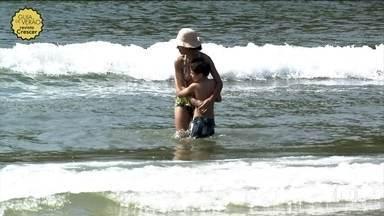 Crianças devem estar sempre acompanhadas de adultos no mar ou na piscina - Uma das principais dicas para prevenir afogamentos é não tirar os olhos das crianças. Bastam 30cm de água para a criança se afogar. No mar, elas devem estar sempre acompanhadas de adultos que saibam nadar.