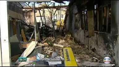 Bandidos explodem Caixa e Banco do Brasil de Porto de Galinhas, Litoral Sul de Pernambuco - Testemunhas dizem que dezenas de homens foram responsáveis pela investida. As agências ficaram destruídas